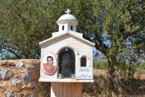 Sanctuaire grec au bord de la route sous la forme d'une petite église.