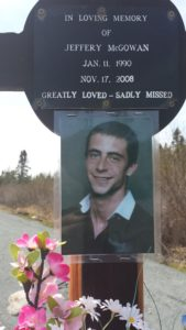 Monument commémoratif au bord de la route à Jeffery McGowan
