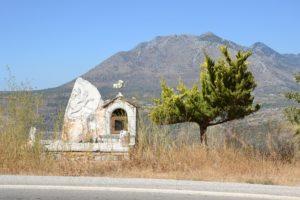 Monument commémoratif au bord de la route à Mani.