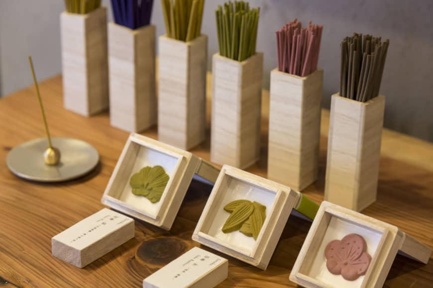 Représentant olfactif: Les encens chez Juttoku sont proposés dans des couleurs et des styles variés, allant des bâtons et des cônes aux pâtes en forme de bonbons japonais Wagashi utilisant des cadres spécialement conçus. Tous les parfums sont formulés en collaboration avec un parfumeur traditionnel de l'île Awaji, réputée pour être la Mecque de l'encens du Japon. Le prix de l'encens pressé est de 880 ¥ par boîte. | RYOICHI OKAZAKI