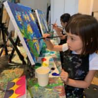 Image parfaite: les cours d'ArtBar Tokyo enseignent aux enfants les techniques des maîtres tout en les encourageant à utiliser les couleurs de manière créative.