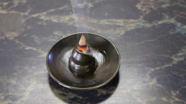 La simple astuce pour fabriquer des cônes d'encens à contre-courant