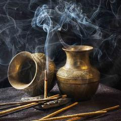 Encens et pots en laiton