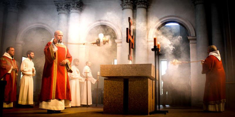 Pourquoi l'église utilise l'encens à la messe - Aleteia