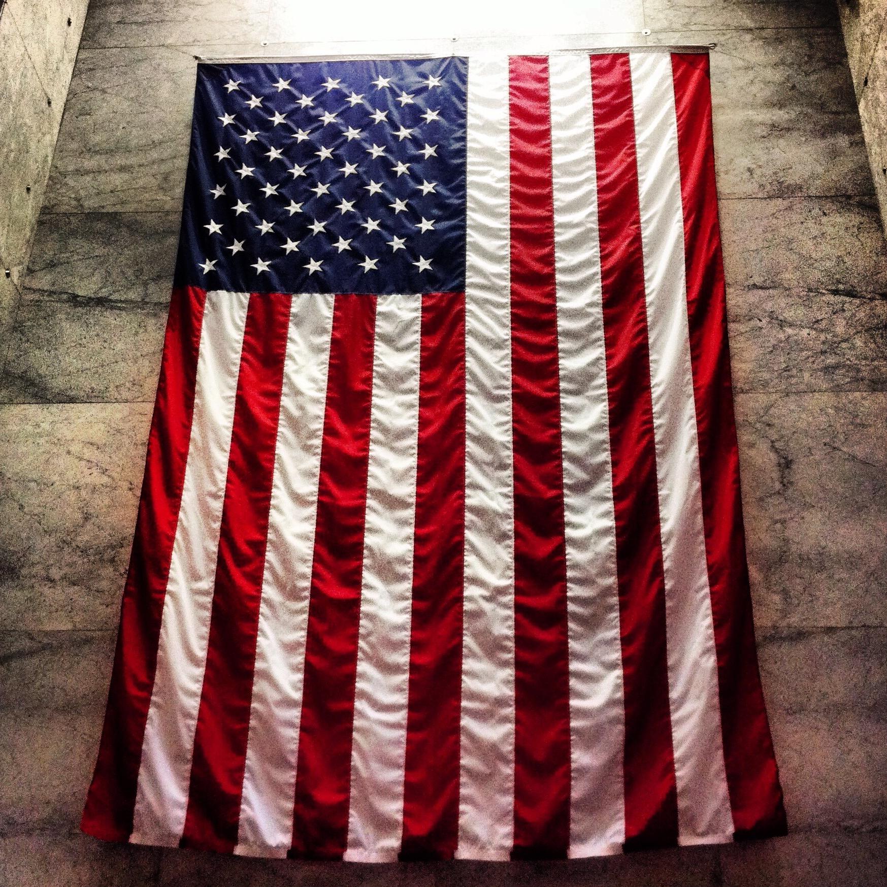 drapeau américain suspendu
