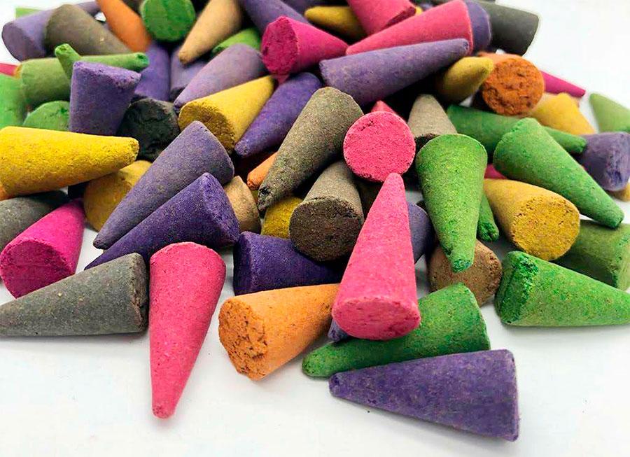 """cônes d'encens naturels pour brûleurs à boue, argile ou tibétain sans reflux. cônes d'encens, cône d'encens, cône d'encens, cône d'encens Quel tas de cônes hahaha de cônes d'encens. """"width ="""" 900 """"height ="""" 653 """"srcset ="""" https: // www. deincienso.com/wp-content/uploads/2019/07/conos-de-incienso-de-diferentes-aromas-sin-agujero.jpg 900w, https://www.deincienso.com/wp-content/uploads/2019 /07/conos-de-incienso-de-diferentes-aromas-sin-agujero-300x218.jpg 300w, https://www.deincienso.com/wp-content/uploads/2019/07/conos-de-incienso- de-diferentes-aromas-sin-agujero-768x557.jpg 768w """"tailles ="""" (largeur max: 900px) 100vw, 900px"""