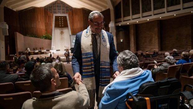 Le rabbin Joseph Black accueille ses invités à ...