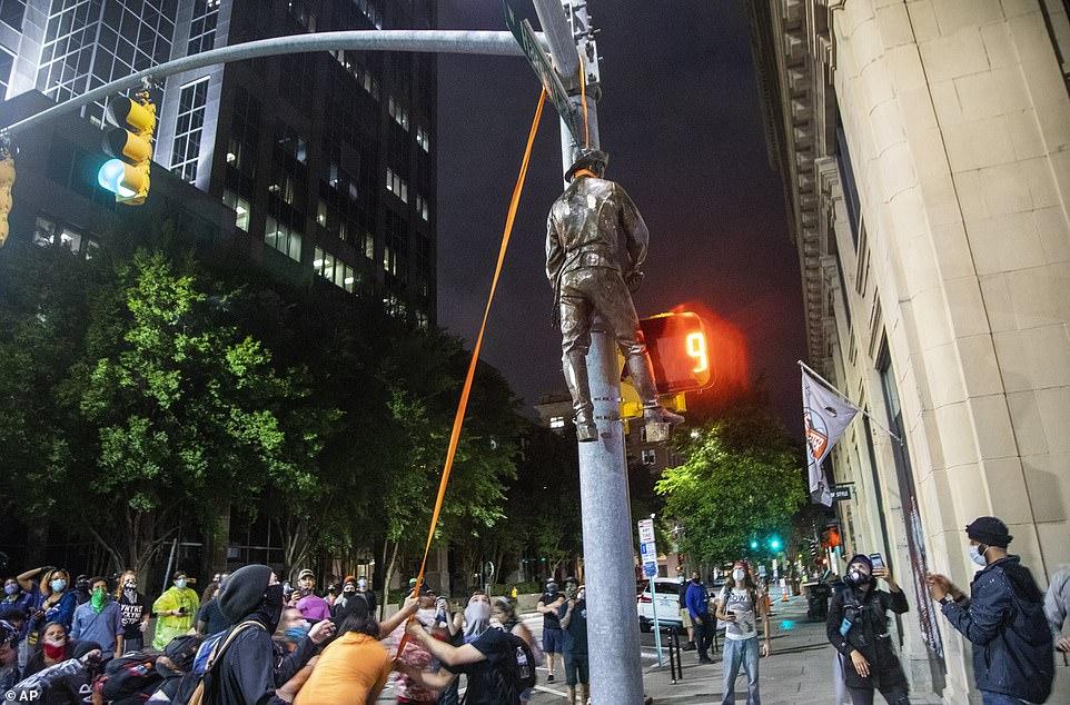RALEIGH, CAROLINE DU NORD: Une statue d'un soldat confédéré a été accrochée à une plaque de rue à Raleigh vendredi soir