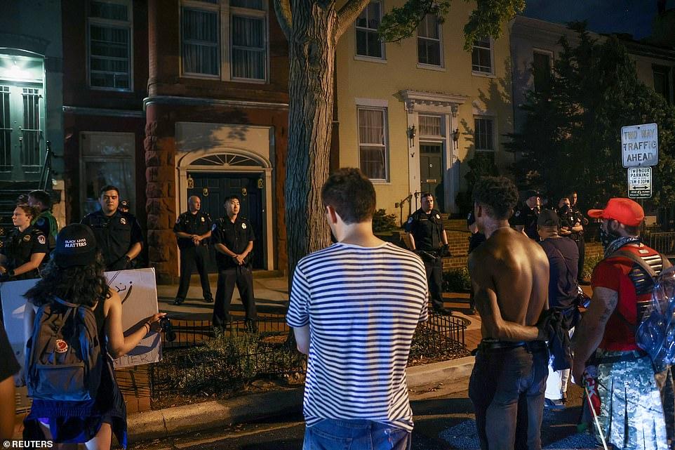 WASHINGTON D.C .: Des officiers de la police du Capitole montent la garde alors qu'un petit groupe de manifestants scandent dans la rue devant le domicile du chef de la majorité du Sénat américain Mitch McConnell et de son épouse, la secrétaire aux transports Elaine Chao, vendredi