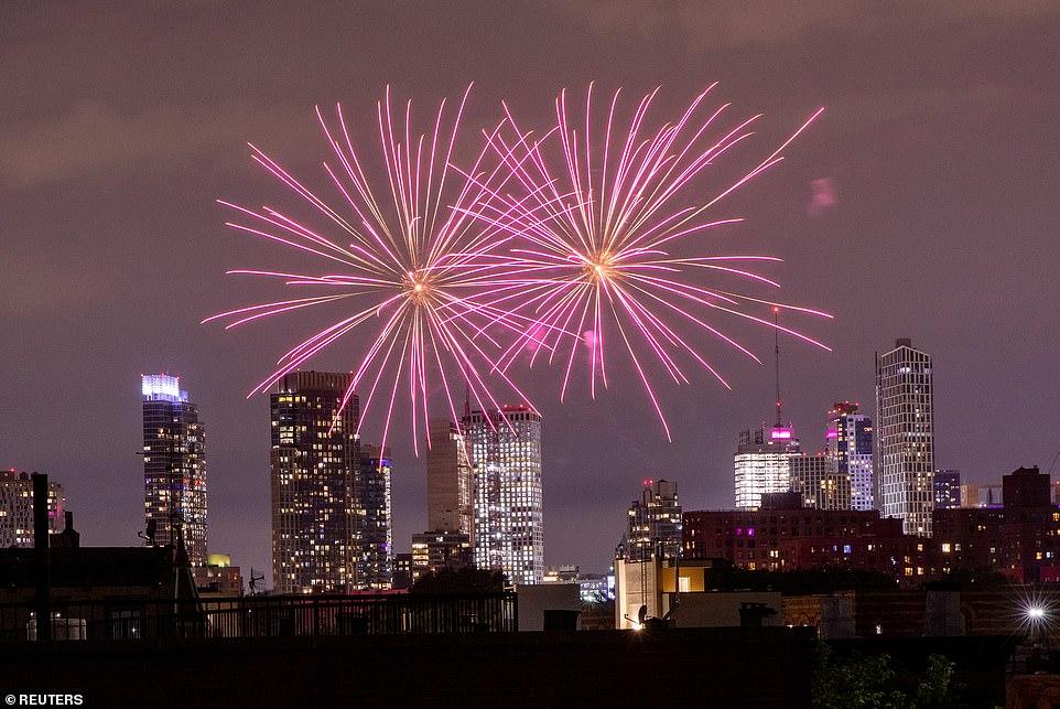 NEW YORK CITY: Des feux d'artifice illégaux illuminent le ciel au-dessus du quartier Bedford-Stuyvesant à Brooklyn à New York vendredi alors que les célébrations du 19 juin se poursuivent toute la nuit