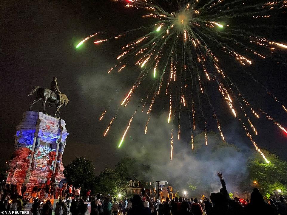 RICHMOND, VIRGINIE: Des feux d'artifice explosent sur la statue du général confédéré Robert E. Lee vendredi