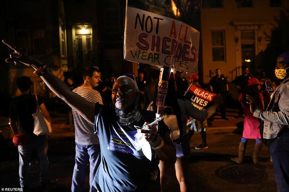 WASHINGTON D.C .: Un petit groupe de manifestants scandent dans la rue devant le domicile du chef de la majorité du Sénat américain Mitch McConnell et son épouse, la secrétaire aux transports Elaine Chao, à la fin d'une journée d'événements pour marquer le Juneteenth
