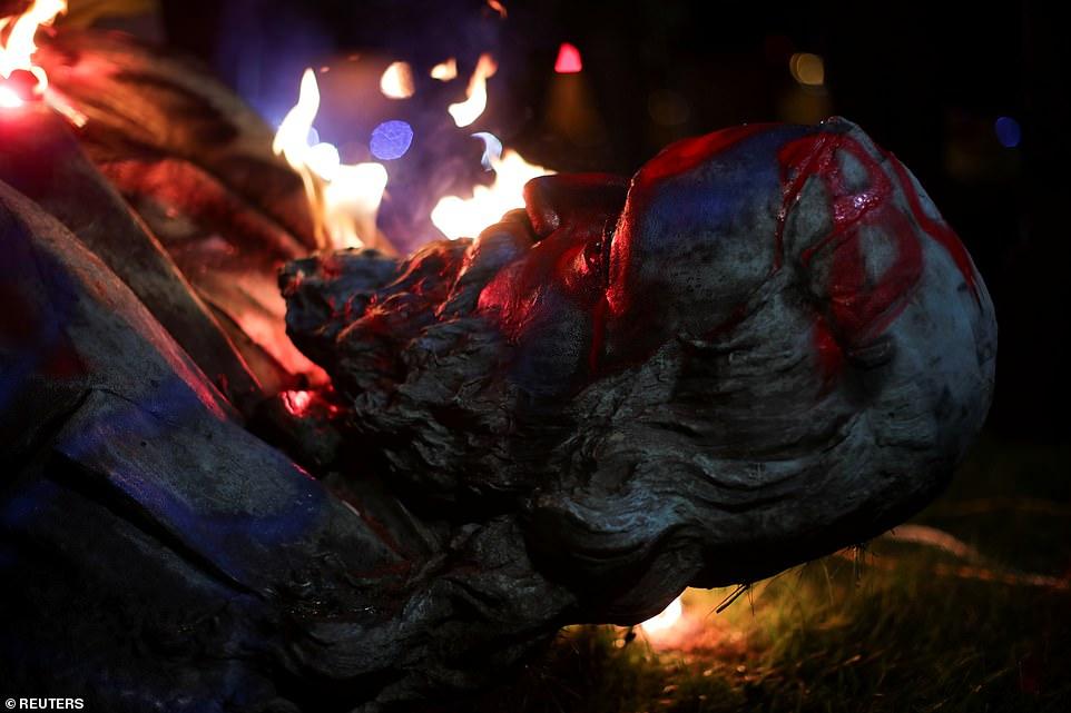 WASHINGTON D.C .: Une étiquette Black Lives Matter a été peinte sur la tête de la statue de Pike renversée alors qu'elle brûlait