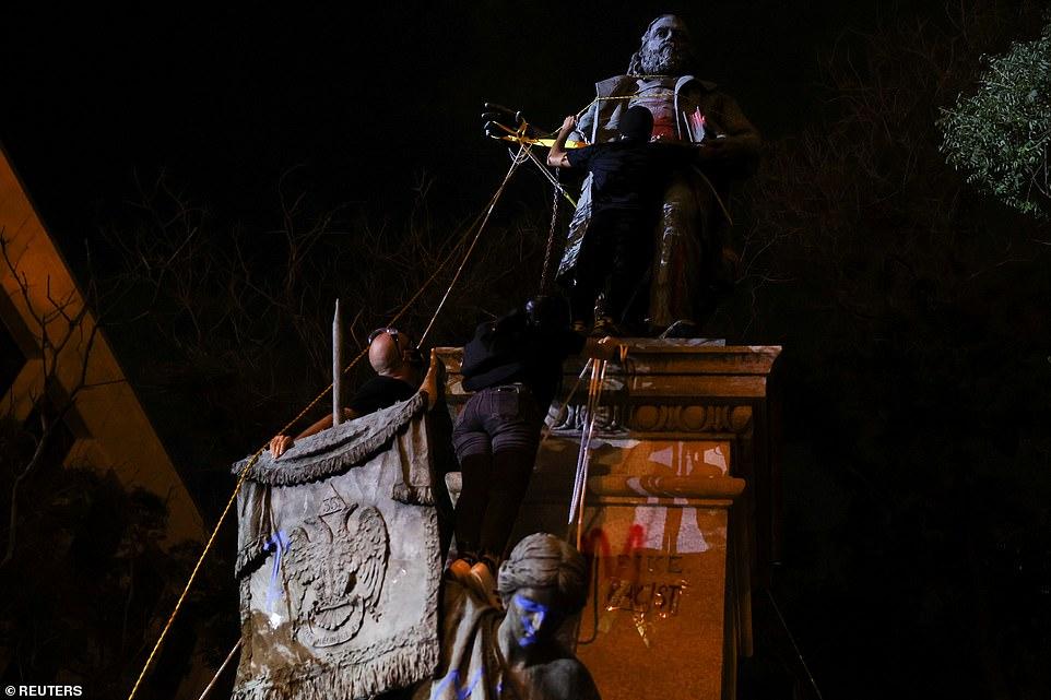 WASHINGTON D.C .: Les manifestants se préparent à tenter de renverser une statue d'Albert Pike vendredi soir
