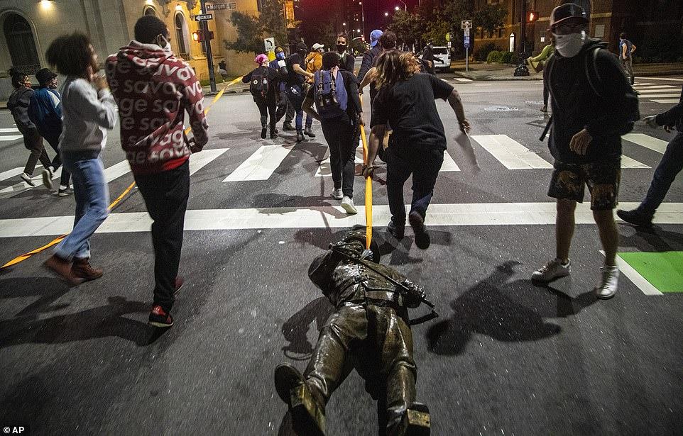 RALEIGH, CAROLINE DU NORD: Les statues étaient enveloppées dans des cordes orange pour être traînées dans les rues de Raleigh