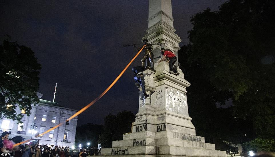 RALEIGH, CAROLINE DU NORD: Après que la police a été éliminée, les manifestants sont revenus pour abattre la statue