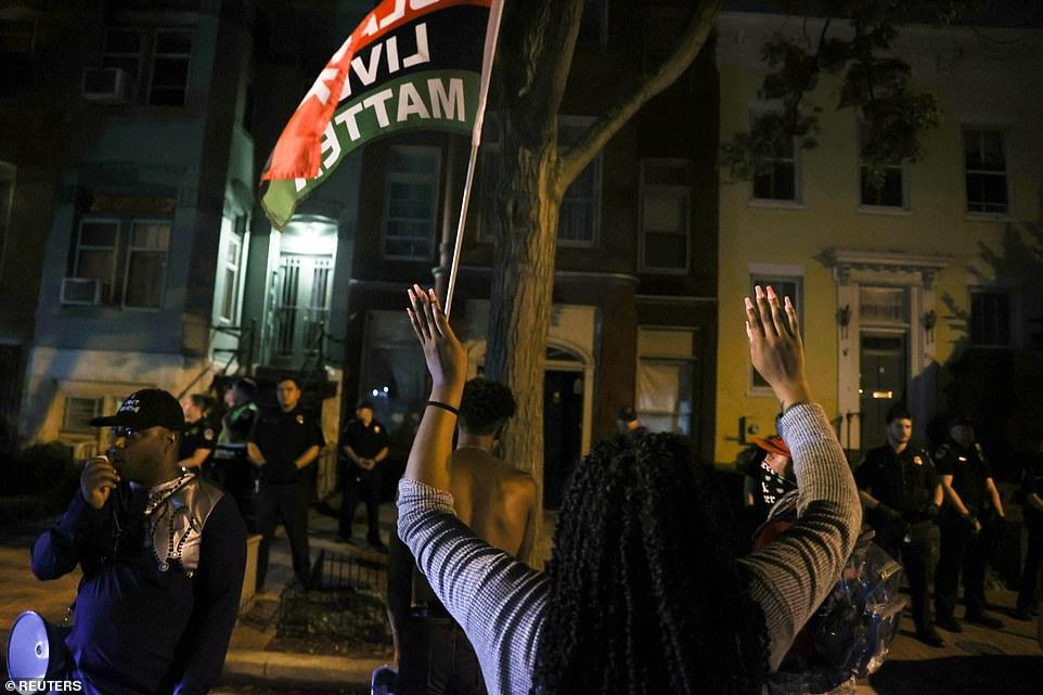 WASHINGTON D.C .: Les manifestants devant le domicile du chef de la majorité du Sénat américain Mitch McConnell vendredi