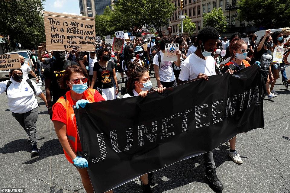 Des millions d'Américains sont descendus dans la rue pour organiser des manifestations contre le racisme et des manifestations pacifiques le 19 juin 1865, une fête qui célèbre la libération des Afro-Américains réduits en esclavage aux États-Unis (photo)