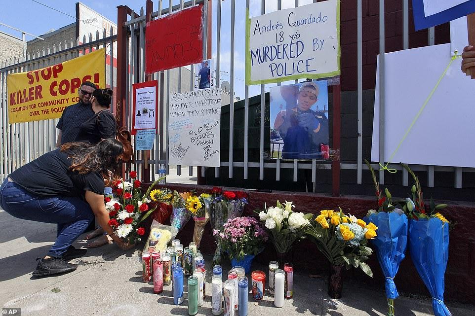 GARDENA, CALIFORNIE: Des amis laissent des bougies et des fleurs à un mémorial de fortune pour Andres Guardado vendredi alors que les manifestations contre la brutalité policière se poursuivent à travers le pays. Vendredi, les détectives du shérif du comté de Los Angeles enquêtaient sur le meurtre par un député du jeune homme qui travaillait comme garde de sécurité dans un atelier de carrosserie