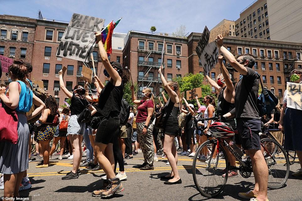 Sur la photo: des foules de New Yorkais participent à une marche à Brooklyn pour Black Lives Matter et pour commémorer le 155e anniversaire de Juneteenth