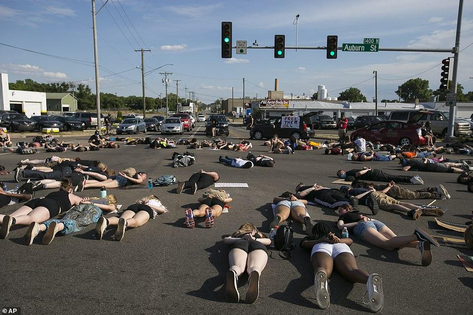 ROCKFORD, ILLINOIS: Des manifestants avec Rockford Youth Activism, un groupe aligné sur Black Lives Matter, se trouvent face cachée pendant 8 minutes et 46 secondes lors d'une marche du 19 juin en l'honneur de George Floyd, un homme noir décédé en garde à vue.
