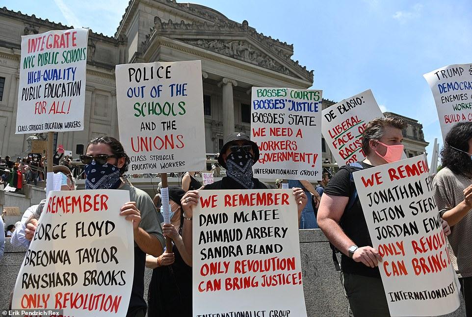 Une manifestation tenue devant le Brooklyn Museum de New York a vu des manifestants demander instamment que le NYPD soit retiré des écoles et syndicats locaux, ainsi que des changements de politique suggérés pour l'enseignement public