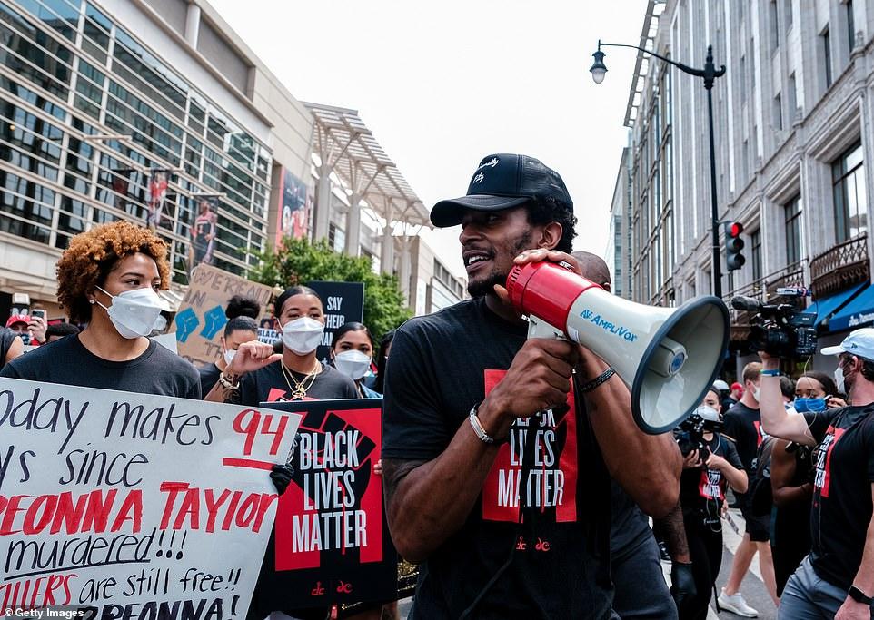 Vendredi, Bradley Beal de l'équipe NBA des Washington Wizards (au centre) s'est rendu au Mémorial MLK à Washington pour soutenir le mouvement Black Lives Matter.