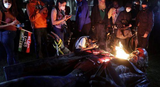 WASHINGTON D.C .: Sur la photo, la statue renversée du général confédéré Albert Pike en feu vendredi soir. Le président Donald Trump a accusé la police de D.C. de `` ne rien faire '' et d'avoir permis à la statue d'être abattue dans une diatribe Twitter