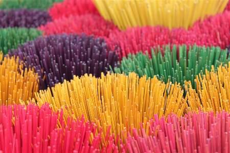 Bâtons d'encens colorés
