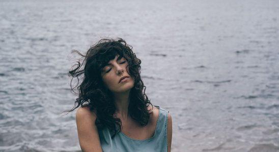 """Kéren canalise Kate Bush sur son album hypnotisant """"In Form"""""""