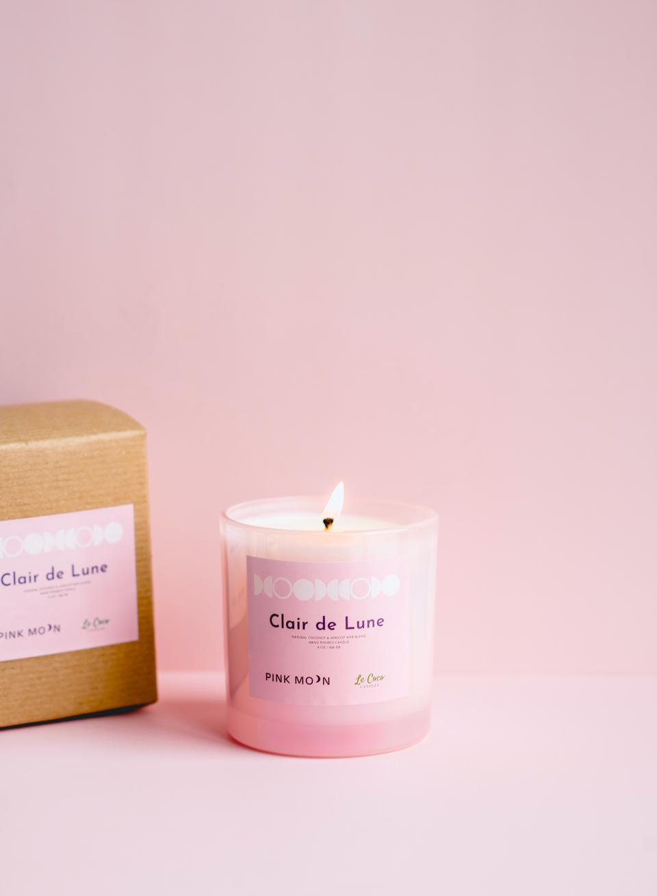 Clair de Lune, ou Moonlight, est une bougie parfumée transformatrice de PINK MOON.