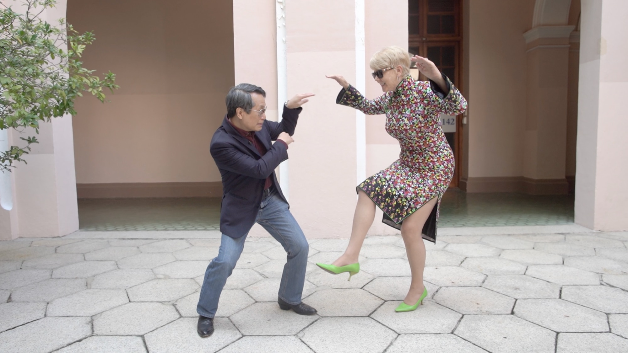 Lee dit qu'il prend souvent des photos amusantes avec sa femme.