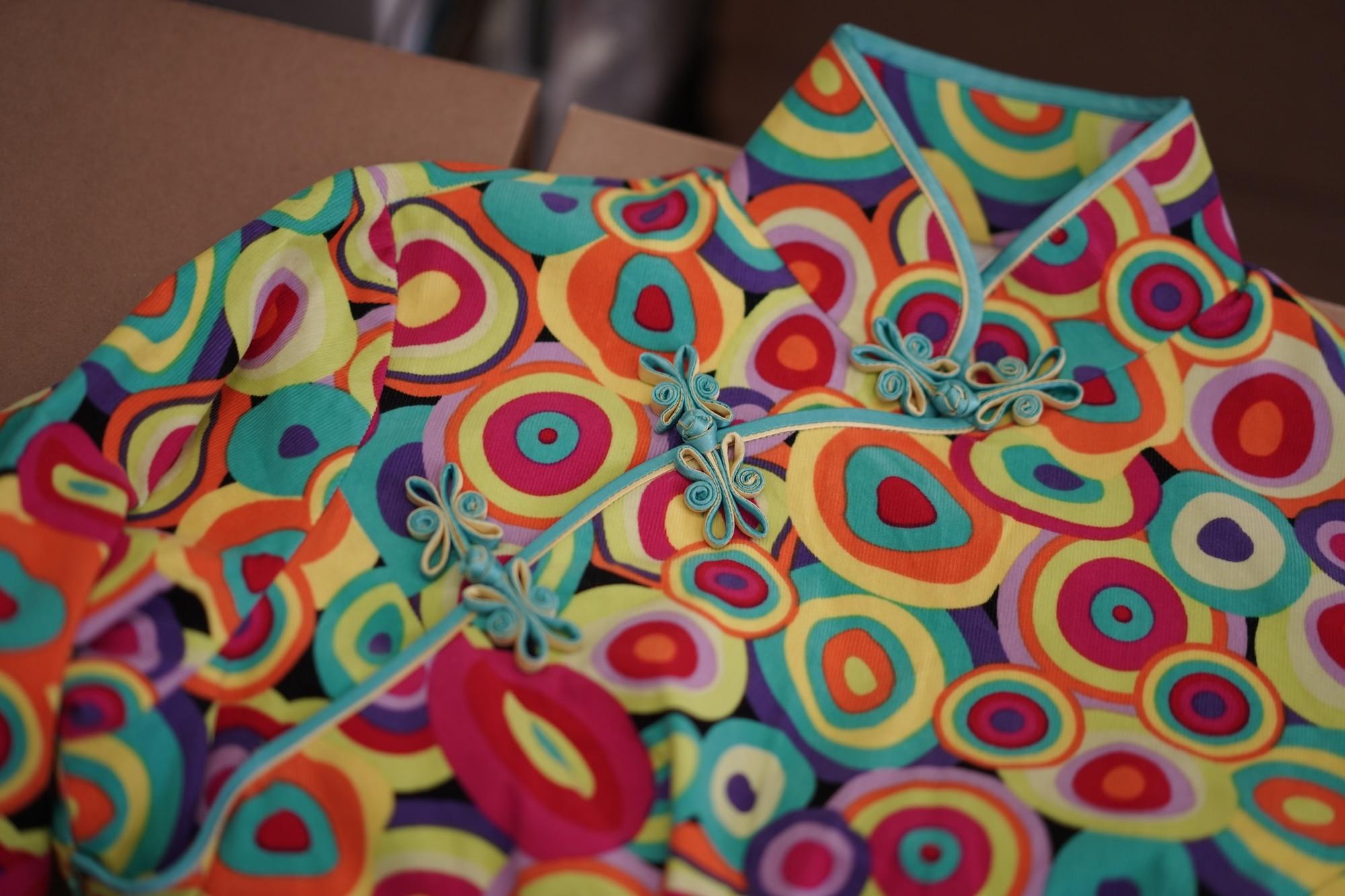 Les boutons noués sont fabriqués à la main par le tailleur de Stacy.