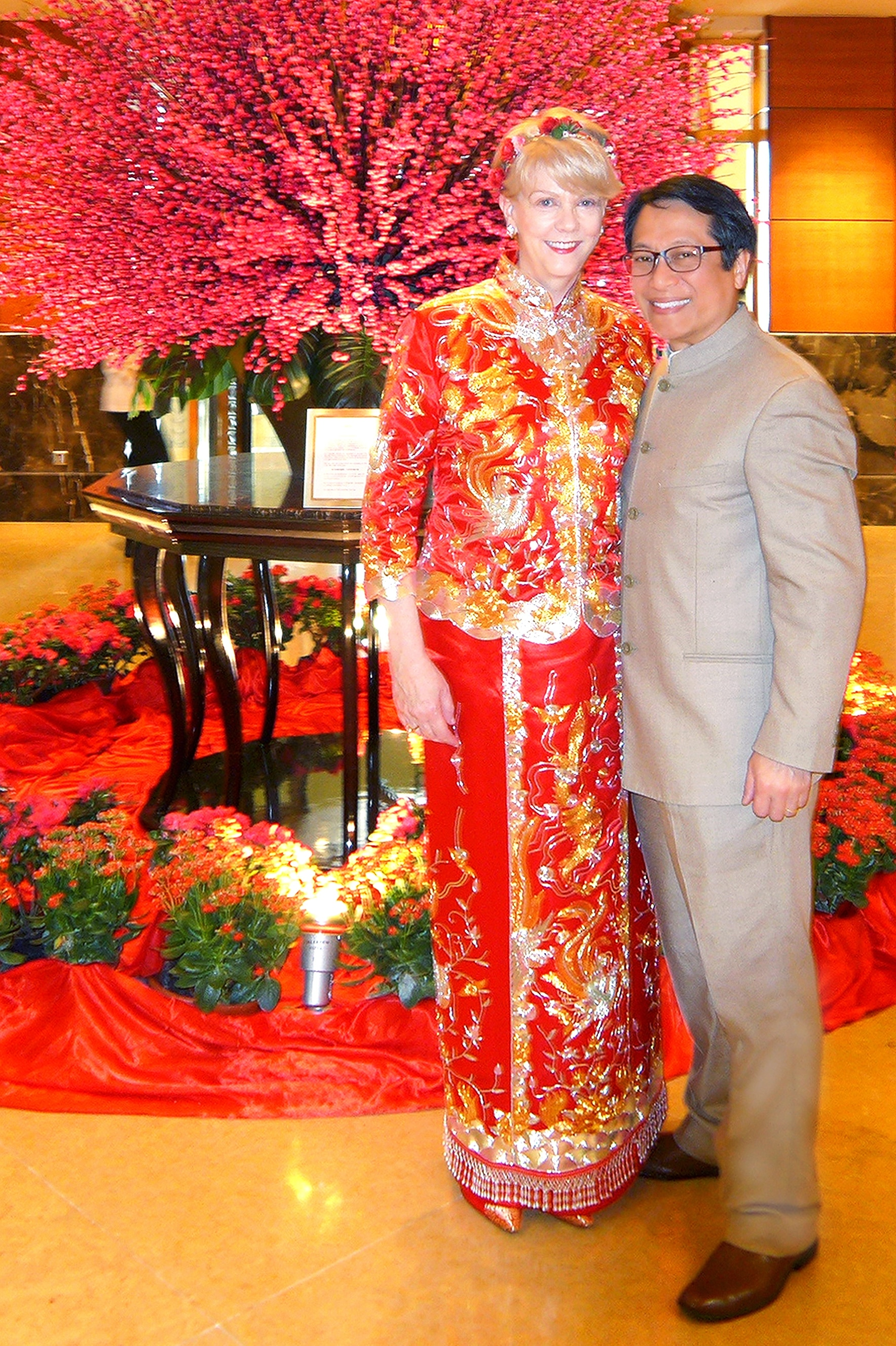 Stacy portait une robe chinoise à son mariage.