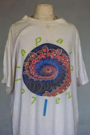 """Un T-shirt souvenir Lollapalooza. -SARA KALISH"""" largeur=""""300"""" hauteur=""""446"""