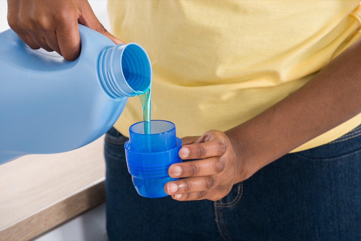 verser du détergent à lessive dans une tasse