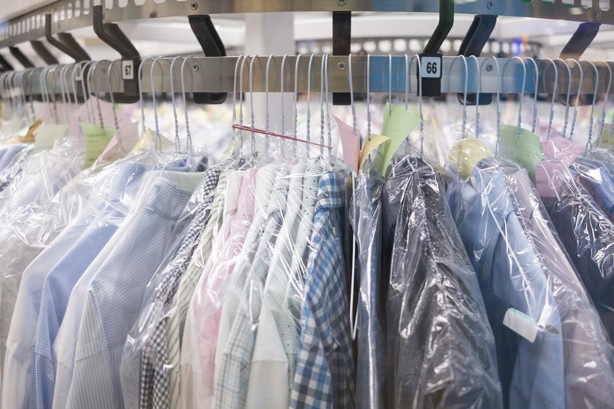 Nettoyage à sec : les vêtements pendent sur le support