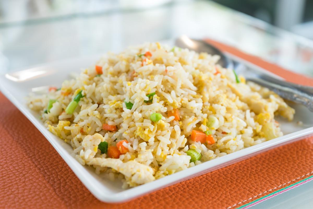 riz frit sur une assiette