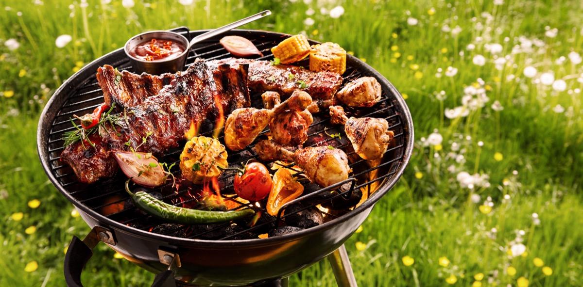 Griller de la viande grillée à l'extérieur