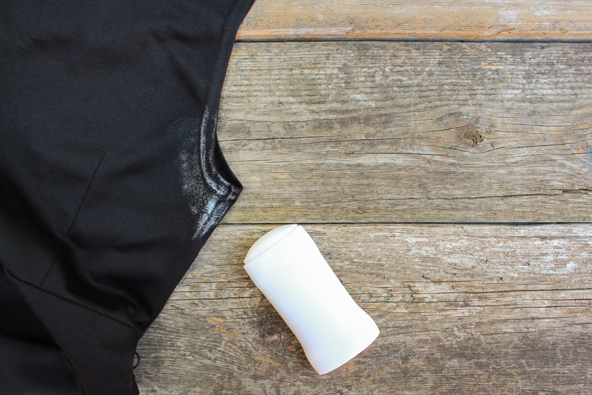 Chemise avec une tache de déodorant
