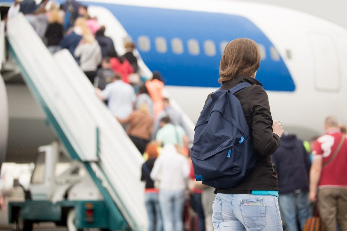 passagers embarquant dans l'avion