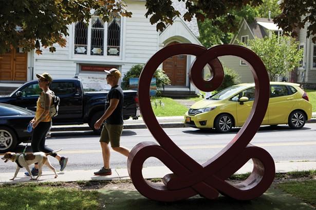 Love Knot de Ze'ev Willy Neumann sur la pelouse de Mirabai Books sur Mill Hill Road. -DAVID MCINTYRE