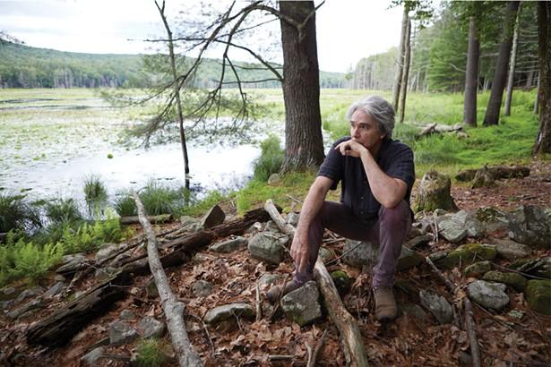 Musicien et écrivain Tad Wise dans son jardin. Comme de nombreux résidents de longue date de Woodstock, Wise craint que les locations à court terme ne transforment les quartiers en villes fantômes. -DAVID MCINTYRE
