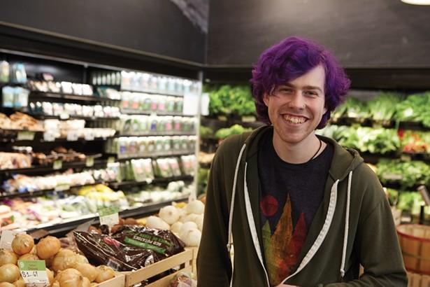 Duncan Dempsey dans la section des produits du marché des aliments naturels de tournesol. -DAVID MCINTYRE