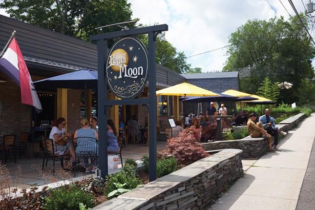 Pearl Moon, un restaurant et salle de concert récemment ouvert, dispose de nombreux sièges à l'extérieur. -DAVID MCINTYRE