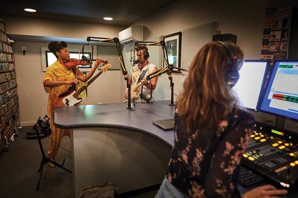Dans la nouvelle maison de Radio Woodstock, une église rénovée, DJ Aja diffuse en direct avec Aziza & the Cure, un duo épouse-mari, Joelle et River Rouen. -DAVID MCINTYRE