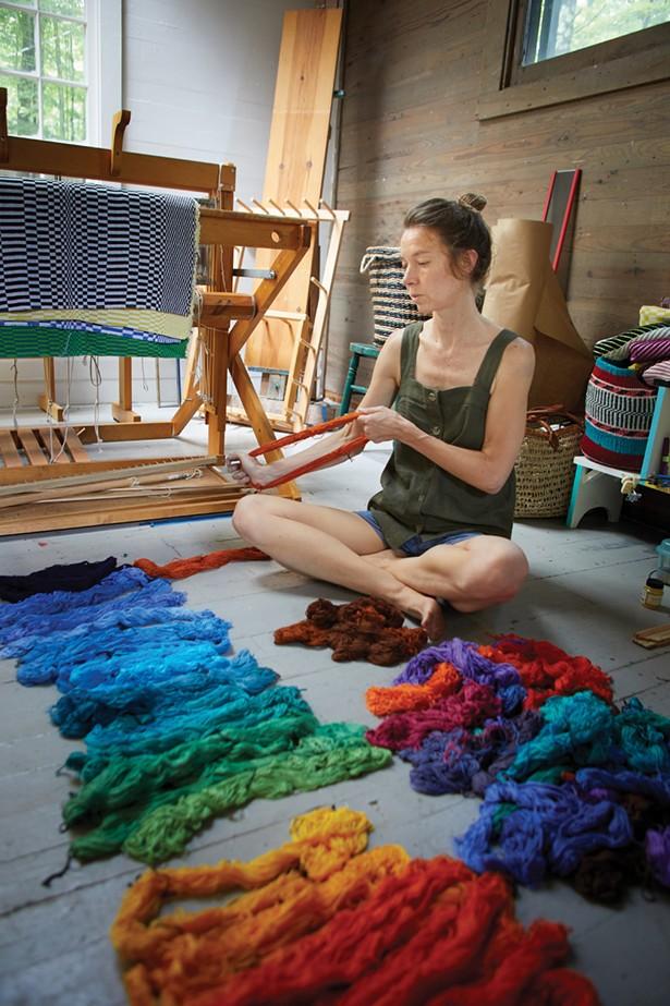 Samantha Bittman, artiste textile en résidence à la Byrdcliffe Arts Colony. -DAVID MCINTYRE